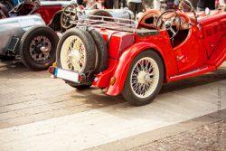 Défilé de vieilles voitures